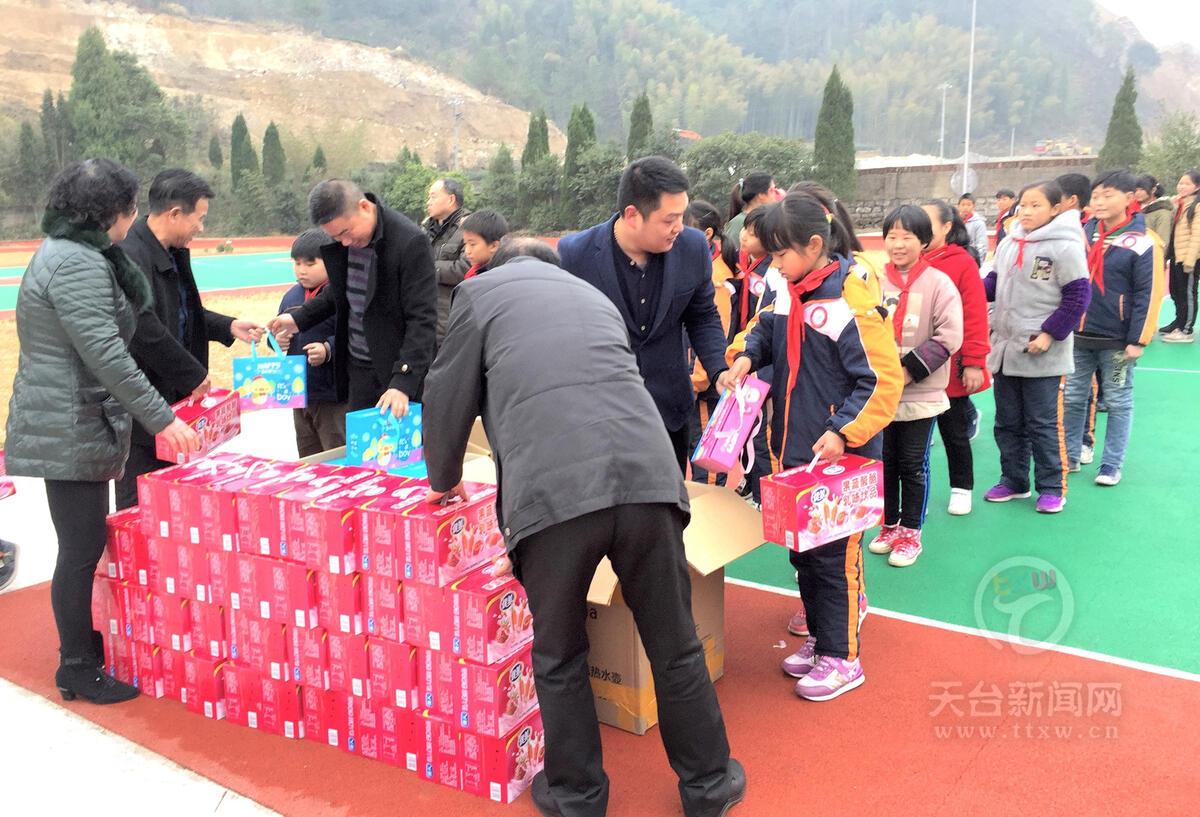 玉环企业家来到雷峰乡 爱心助学温暖山区学子